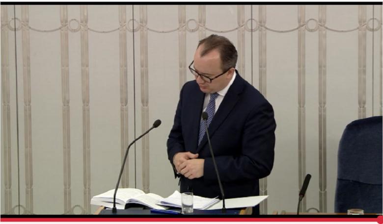 Mężczyzna na mównicy senackiej