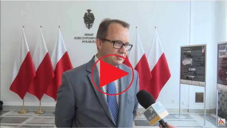"""Adam Bodnar w westybulu senackim, znak """"Play"""""""