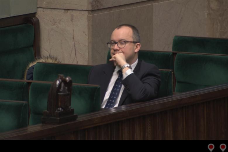 Mężczyzna w ławach dla przedstawicieli instytucji państwowych w Sejmie