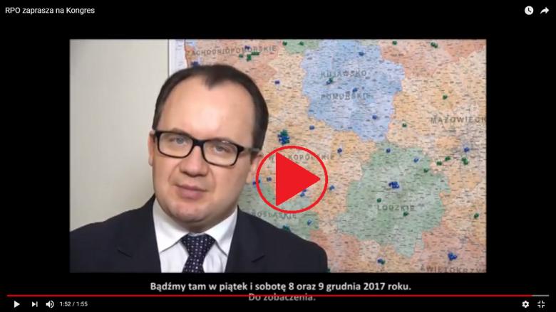 """Adam Bodnar na tle mapy Polski, znak """"play"""""""