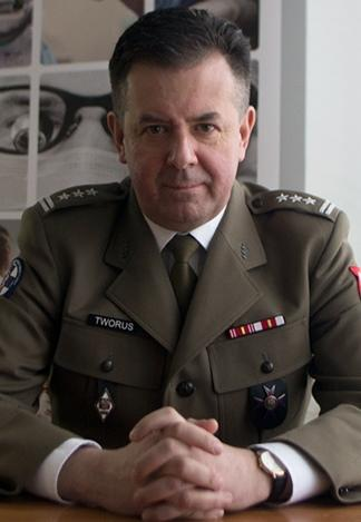 Mężczyzna w mundurze wojskowym z dystynkcjami pułkownika