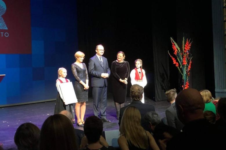 Cztery osoby na scenie