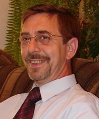 Mężczyzna w białej koszuli i krawacie