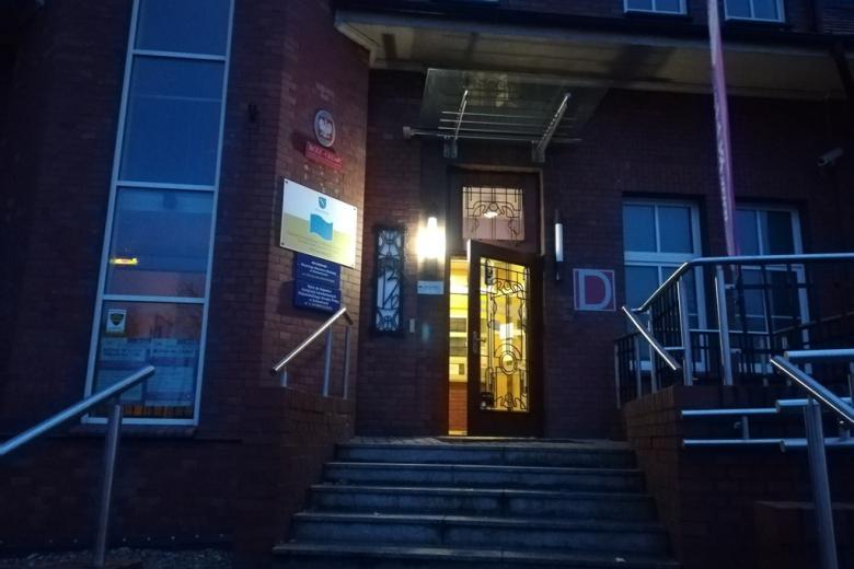 Budynek z oświetlonymi drzwiami