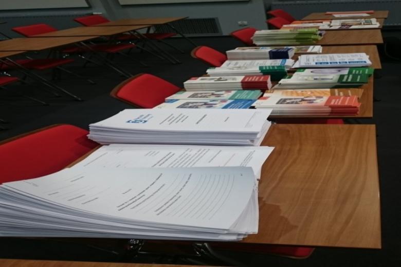 Materiały informacyjne na stole
