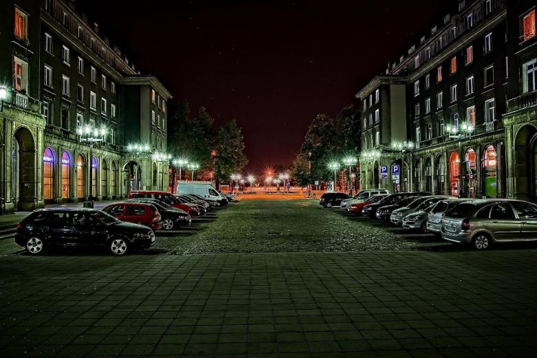 Samochody zaparkowane w polskim mieście (Nowa Huta)
