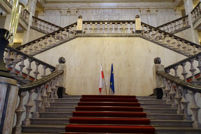 Reprezentacyjne schody z flagami: polską i unijną