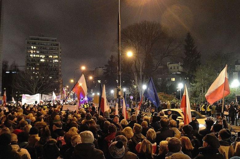 Ludzie z flagami przed Sejmem