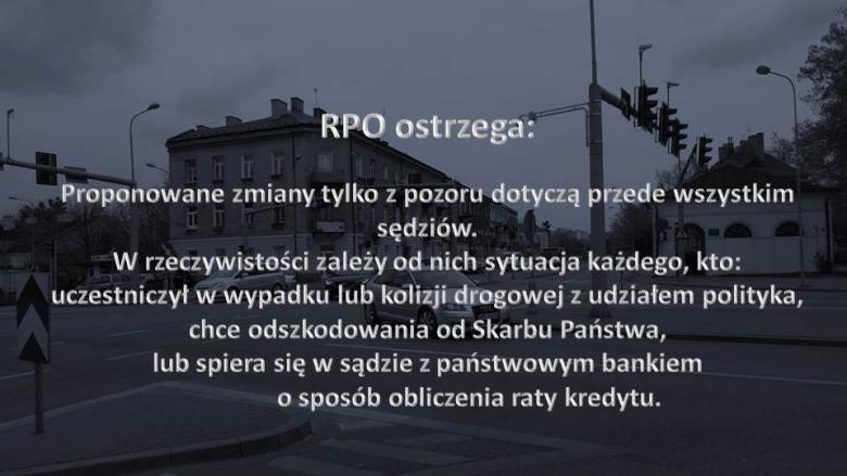 """Napis """"RPO ostrzega"""" na tle zdjęcia skrzyżowania w małym mieście"""