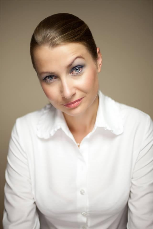 Ciemnowłosa kobieta w białej koszuli