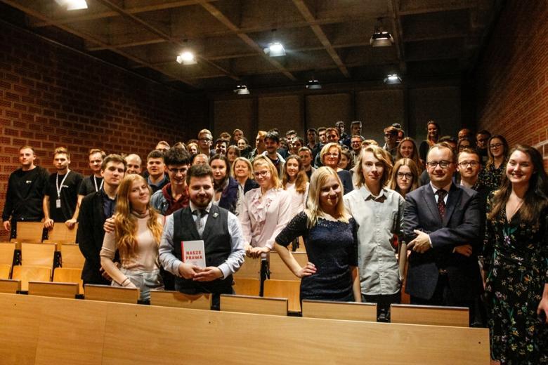 Młodzi ludzie na sali wykładowej