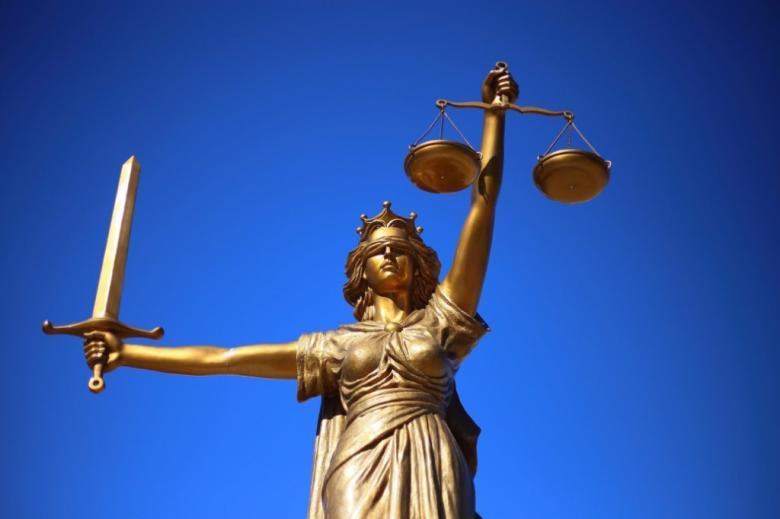 Rzeźba symbolizująca sprawiedliwość, kobieta z wagą, mieczem i przepaską na oczach