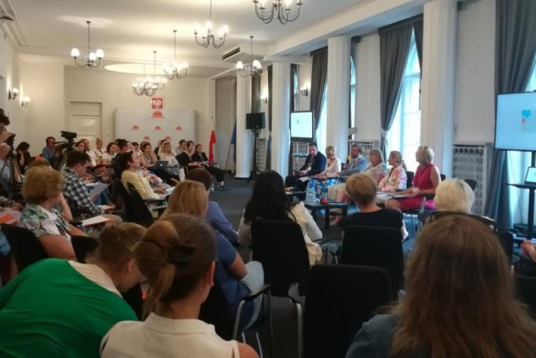 Panel dyskusyjny: czworo panelistów i publiczność