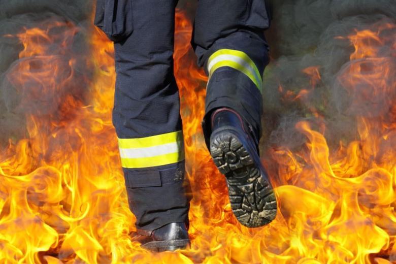 Buty strażaka podczas pożaru