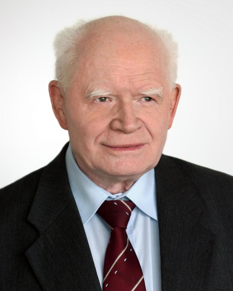 zdjęcie: portret mężczyzny w garniturze i czerwonym krawacie