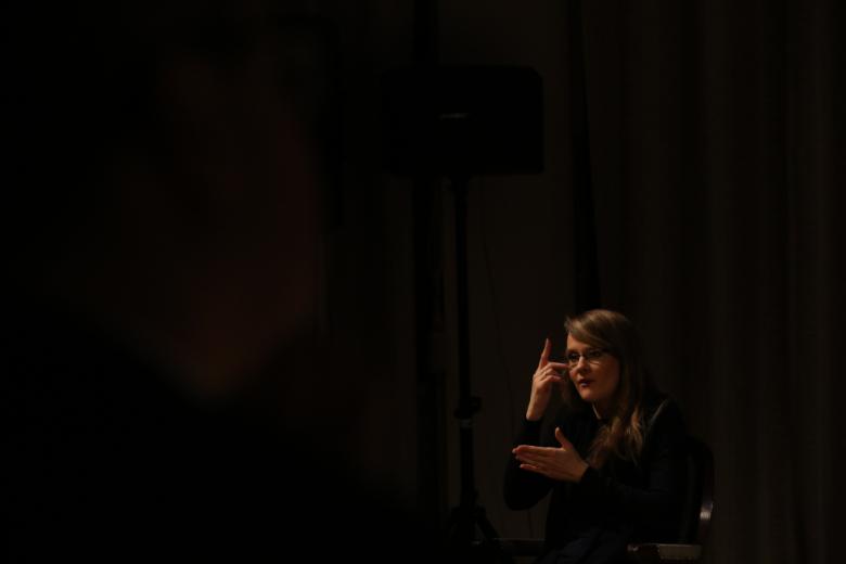 Tłumaczka języka migowego na ciemnym tle