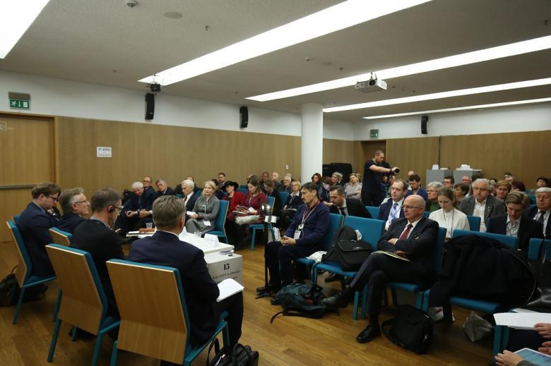 Widok na całą salę: publiczność i panelistów