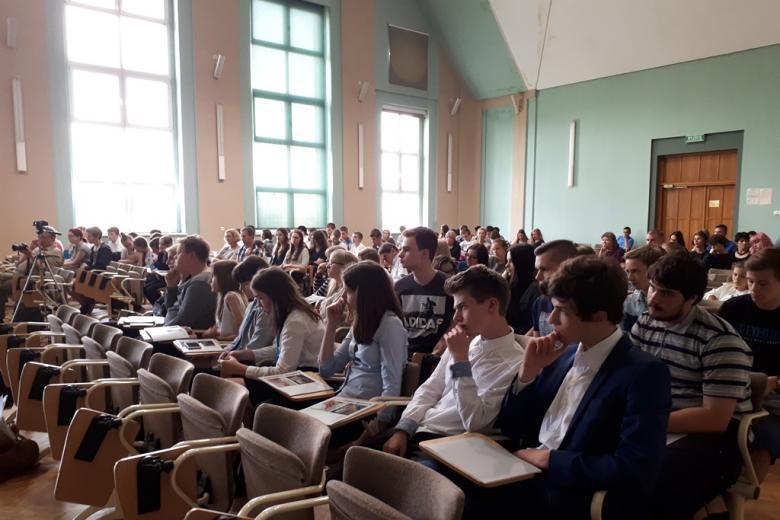 Młodzież na sali słucha - pełna sala