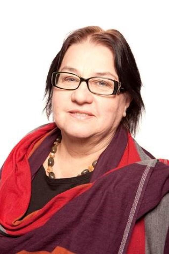 Kobieta w czerwono-fioletowym szalu