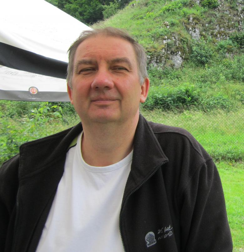 Mężczyzna sfotografowany na tle zieleni
