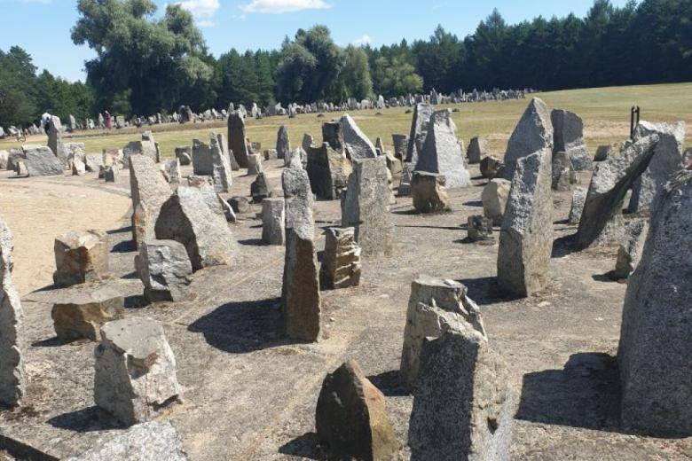 Kamienie symbolizujące macewy