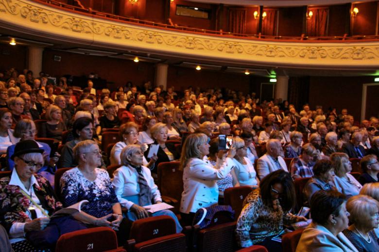 Ludzie na sali teatralnej