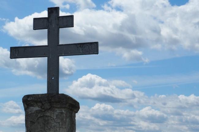 krzyż prawosławny na tle nieba