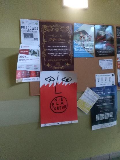 Na zdjęciu widać tablicę korkową, na której wisi plakat przedstawiający biało-czerwoną twarz z napisem: nie dla tortur