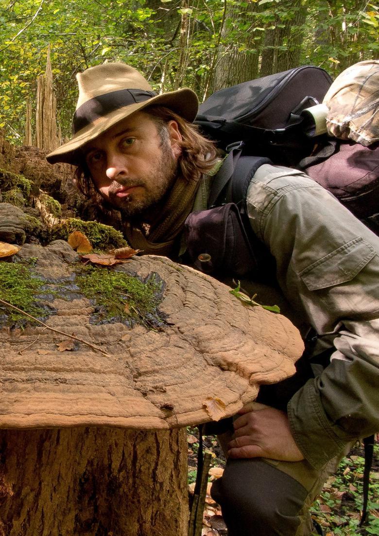 Mężczyzna z plecakiem w lesie