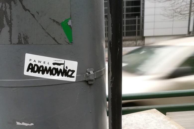 zdjęcie naklejki ulicznej upamiętniającej Pawła Adamowicza