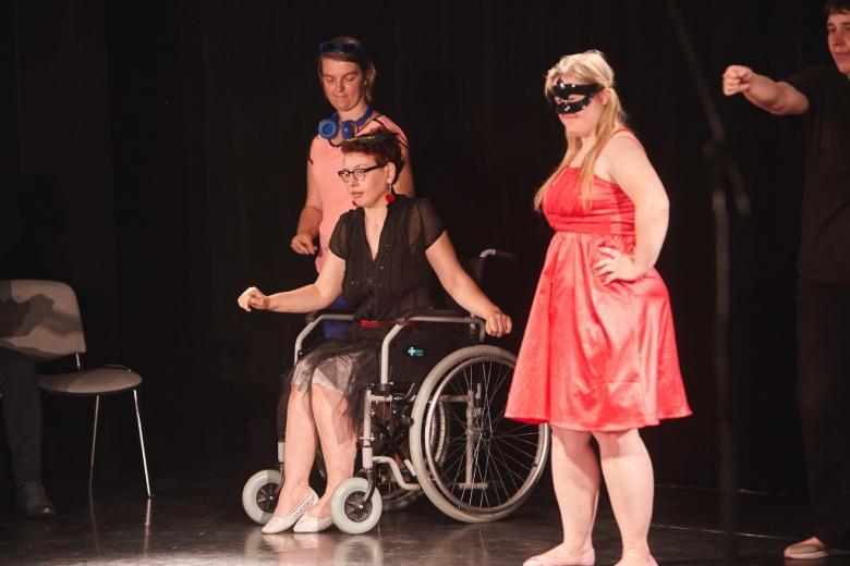 Kobieta na wózku i dziewczyna w czerwonej sukni