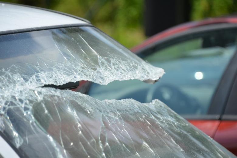 samochód z wybitą szybą po wypadku