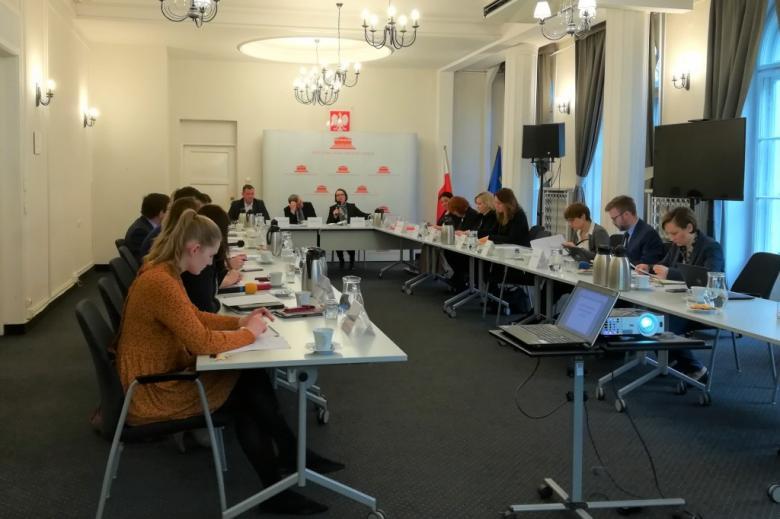 Ludzie przy stole w kształcie litery U