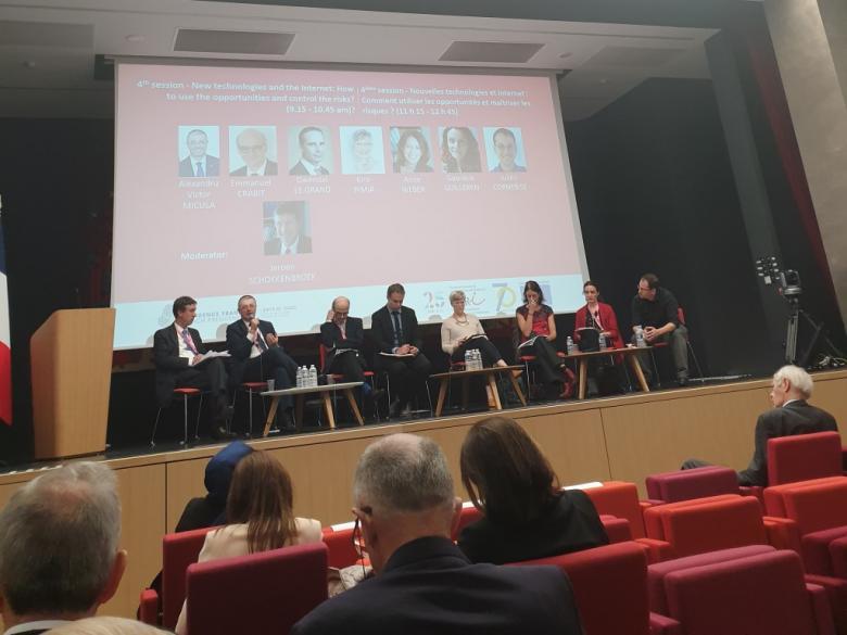 Grupa panelistów na scenie