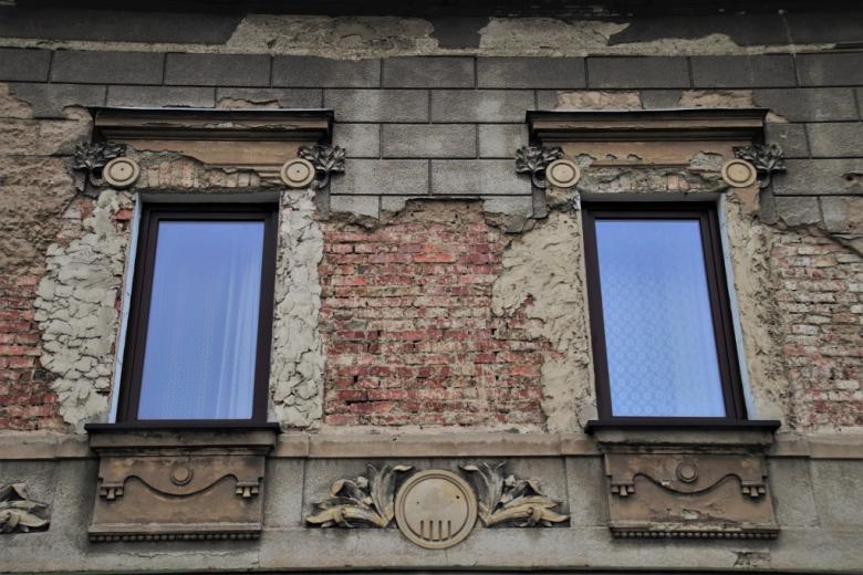Nowe okna w starym budynku