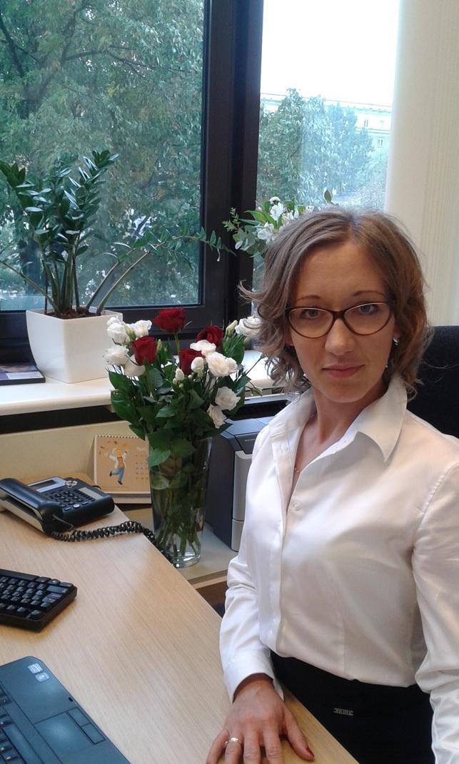 Kobieta w białej koszulu przy biurku