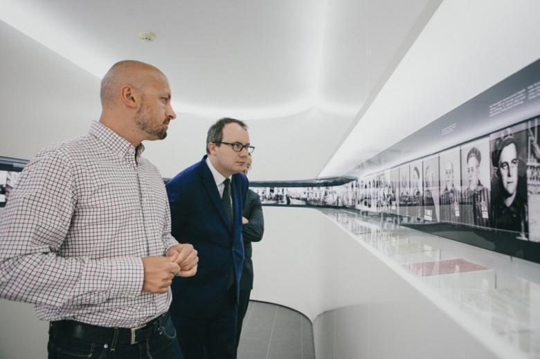 Dwaj mężczyźni zwiedzają wystawę