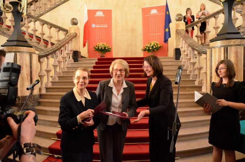 Kobiety stoją przy schodach