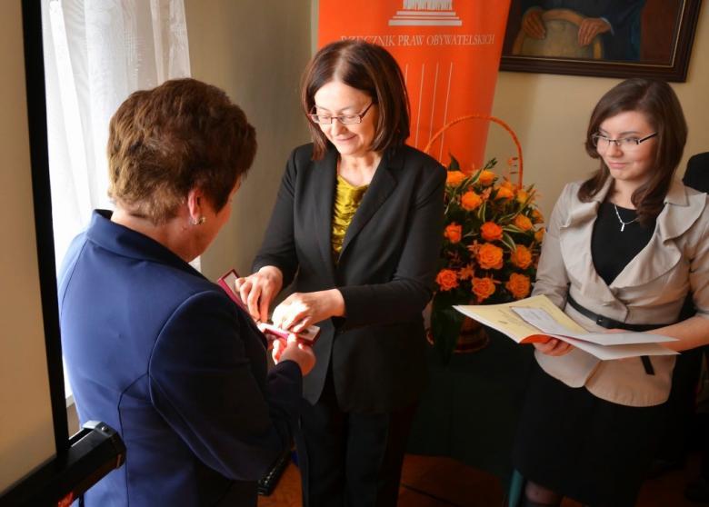 na zdjęciu wręczenie honorowej odznaki dr Jolancie Wadowskiej - Król przez prof. Irenę Lipowicz