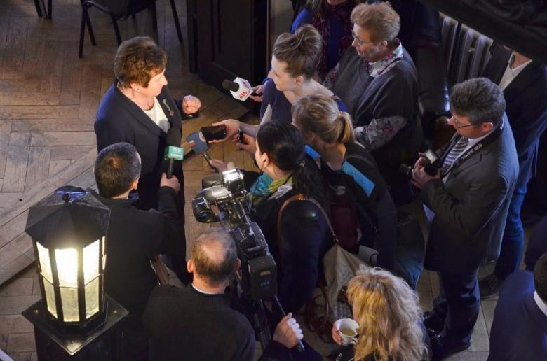 na zdjęciu laureatka Odznaki Honorowej RPO udziela wywiadu