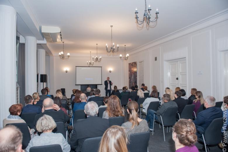 zdjęcie: kilkadziesiąt osób siedzi na sali i ogląda film