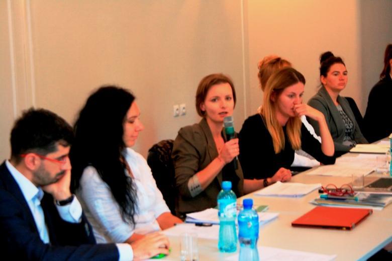 na zdjęciu wypowiada się  do mikrofonu reprezentantka Centrum Pomocy Prawnej im. Haliny Nieć