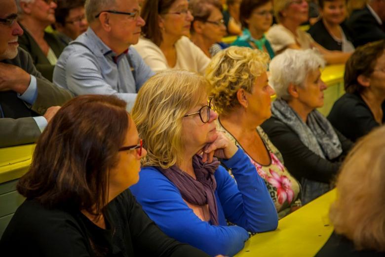 zdjęcie: kilka osób siedzi na auli wykładowej