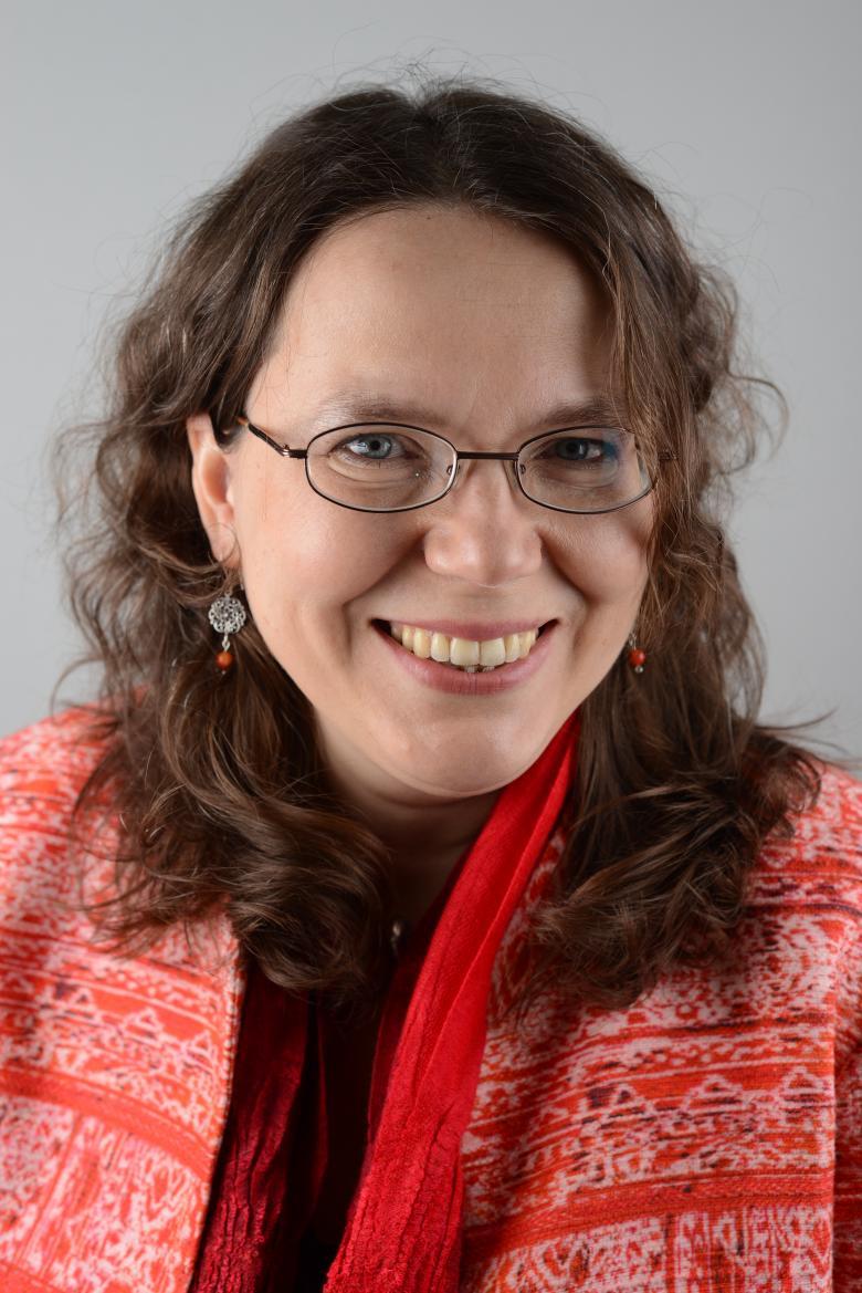 Kobieta z czerwoną chustą