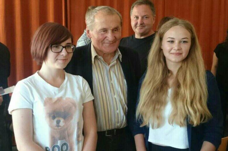 Zdjęcie: mężczyzna i dwie młode kobiety pozują do zdjęcia