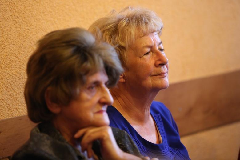Dwie kobiety słuchają