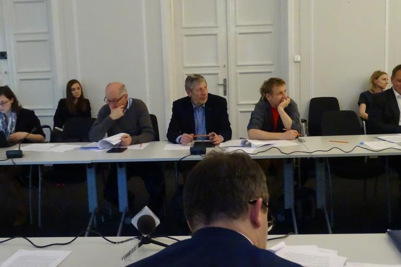 Zdjęcie: widok na ludzi siedzących wokół stołu