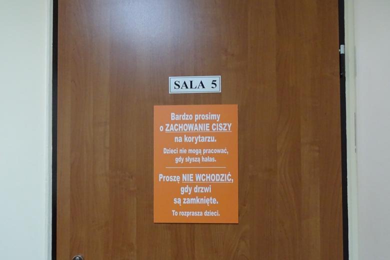 Tabliczka na drzwiach zalecająca ciszę ze względu na zajęcia z dziećmi