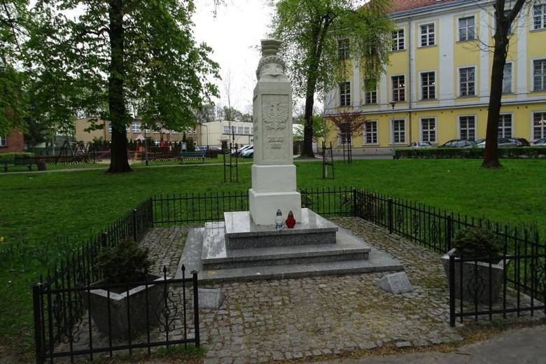 Pomnik na skwerze