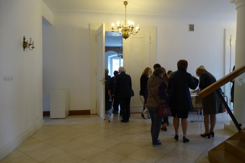 Ludzie wchodzą na salę